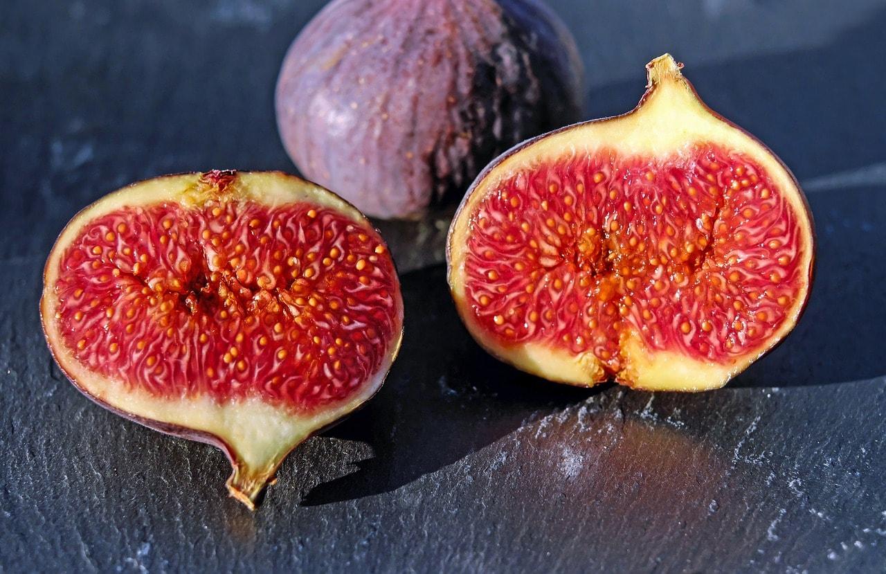 fig fruit sliced